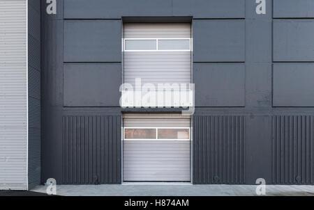 Livello due cancelli chiusi in metallo grigio parete magazzino, sfondo piatto texture foto Foto Stock