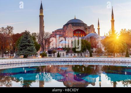Hagia Sophia in Istanbul. Il famoso monumento di architettura bizantina. Vista della Basilica di Santa Sofia Duomo Foto Stock