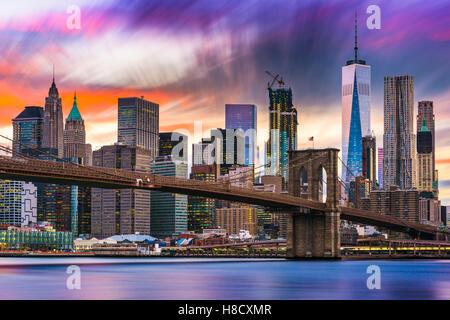 New York skyline della città con il ponte di Brooklyn e il quartiere finanziario sull'East River. Foto Stock