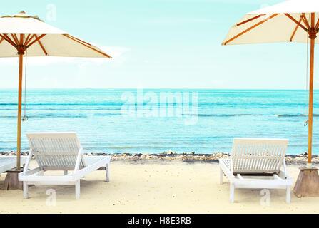 Spiaggia le sedie a sdraio in exotic tropical spiaggia di sabbia bianca Foto Stock