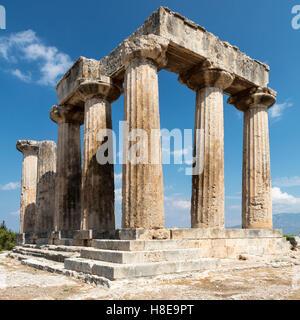 Le colonne del Tempio di Apollo, antica Corinto, Peloponneso, Grecia Foto Stock