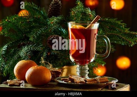 Vin brulé con bastoncini di cannella, mandarino, biscotti allo zenzero e rami di abete rosso Foto Stock