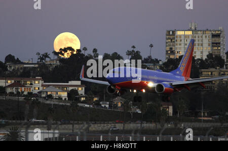 San Diego, California, Stati Uniti d'America. Xiii Nov, 2016. Un Southwest Airlines volo arriva a San Diego Lindbergh Field come Harvest Super luna sorge in Oriente. © Giovanni Gastaldo/ZUMA filo/Alamy Live News