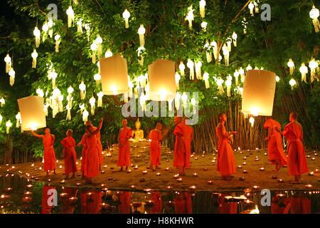 Chiang Mai, Thailandia. Il 14 novembre 2016. I monaci celebrano il Loy Krathong festival presso Wat Phan Tao tempio, Foto Stock