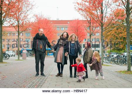 Famiglia con quattro figlie (2-3, 4-5, 10-11, 16-17) in strada Foto Stock