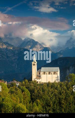 Sera La luce del sole sopra la Chiesa di San Martino e la Dolomite Mountains vicino a Venas di Cadore, Veneto, Italia Foto Stock