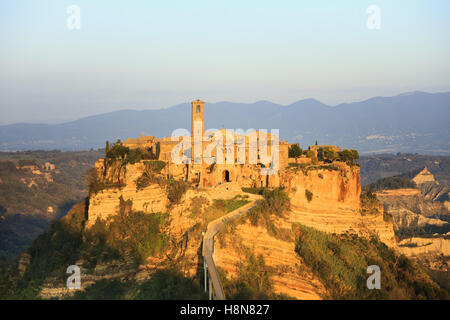 Civita di Bagnoregio città fantasma landmark, antenna vista panoramica sul tramonto. Lazio, l'Italia, l'Europa.