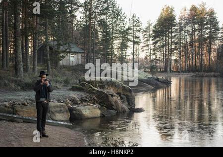 Metà uomo adulto a fotografare la natura Foto Stock