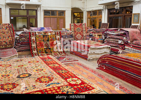 Tradizionali tappeti iraniani shop in Vakil Bazaar, Shiraz, Iran Foto Stock