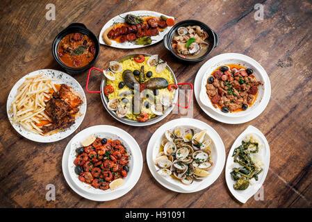 Portoghese misti in stile rustico tradizionale cibo tapas selezione gourmet sulla tavola di legno Foto Stock