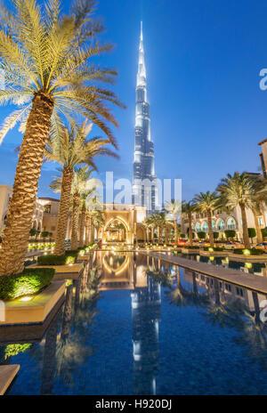Vista del Burj Khalifa e Souk al Bahar di notte nel centro cittadino di Dubai negli Emirati Arabi Uniti Foto Stock