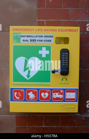 Il defibrillatore semiautomatico esterno (AED) sulla parete in Nantwich Town Center, Nantwich, Ceshire, REGNO UNITO Foto Stock