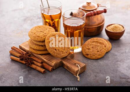 La cannella i cookie con tè Foto Stock