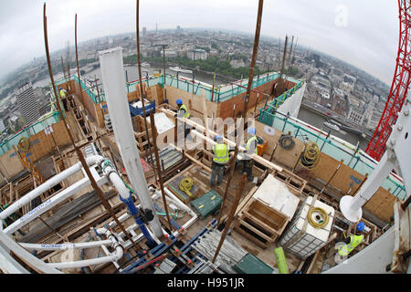 Costruzione di un nuovo blocco di torre sulla riva sud del fiume Tamigi a Londra REGNO UNITO. Fish-eye mostra skyline Foto Stock