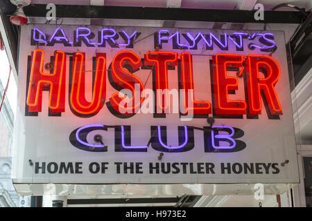 Una scritta al neon fuori Larry Flynt's Hustler Club su Bourbon Street nel Quartiere Francese di New Orleans, in Foto Stock