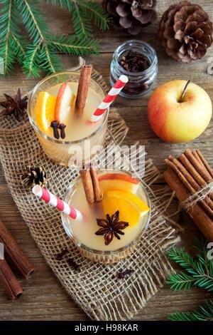 Hot toddy bere (apple orange punch al rum) per le vacanze di Natale ed invernali - Festa di Natale bevande fatte Foto Stock