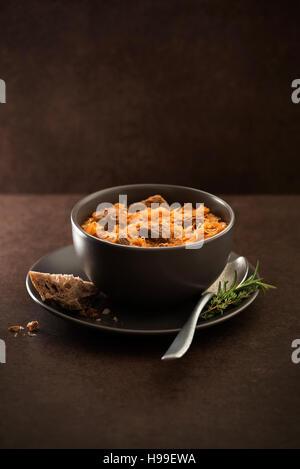 Cavolo di gulasch con carne di manzo su sfondo scuro. Foto Stock