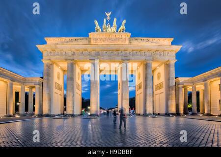 La notte di Berlino, la Porta di Brandeburgo a Berlino, Germania. Foto Stock