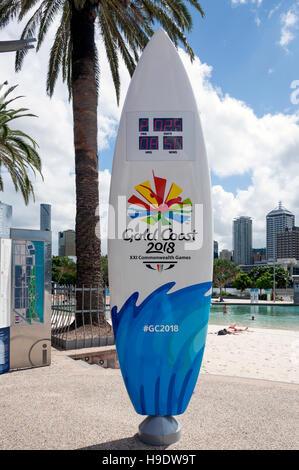 Tavola da surf con orologio per il conto alla rovescia per la Gold Coast Commonwealth Games 2018, Strade Spiaggia, Foto Stock