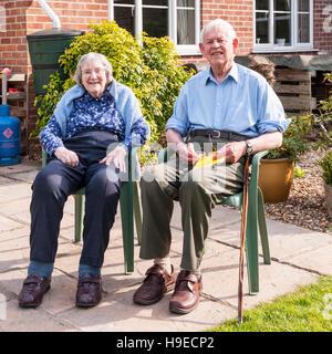 Una coppia di anziani nel loro 80's nel Regno Unito Foto Stock
