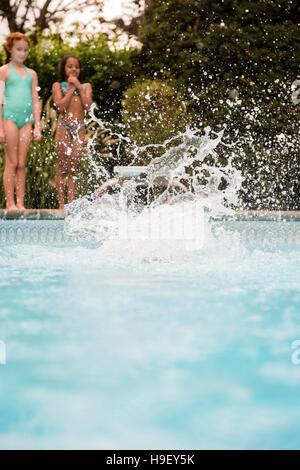 Splash da ragazza il salto in piscina