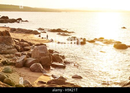 L'Italia, Sardegna, Lu Litarroni, spiaggia rocciosa al tramonto Foto Stock