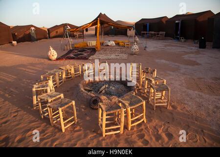 Campeggio nel deserto del Sahara, Marocco. Foto Stock