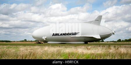 Mondi più grande aeromobile ibrido veicoli aria Airlander 10, viene preparato per il suo volo inaugurale da Cardington Foto Stock