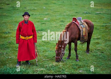 Mongolia, provincia Arkhangai, mongola horserider nella steppa Foto Stock