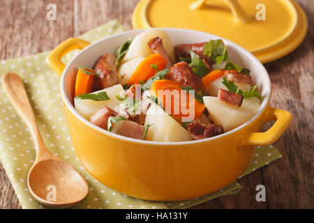 Tradizionale piatto irlandese è vizierà con salsiccia di maiale, pancetta e le verdure in una pentola di colore Foto Stock