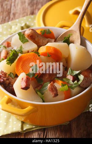 Dublino vizierà - piatto irlandese che , grossolanamente di fette di salsiccia di maiale e rashers con fette di Foto Stock