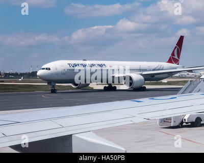 Istanbul, Turchia - 8 aprile 2015. La Turkish Airlines Boeing 777-300ER (TC-JJG) aeromobile, visto dalla finestra Foto Stock