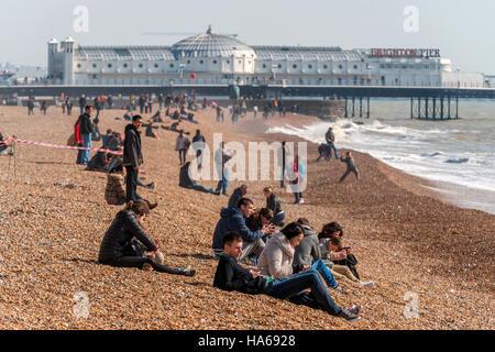 Una luminosa mattina di primavera sulla spiaggia di Brighton. Foto Stock