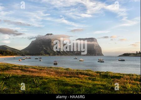 Vista del Monte Gower e Mt Lidgbird, Isola di Lord Howe, NSW, Australia Foto Stock