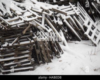 Novembre 29, 2016 - un sacco di utilizzati pallet di legno nella neve © Igor Golovniov/ZUMA filo/Alamy Live News Foto Stock