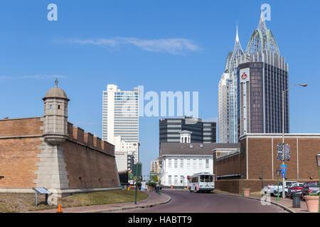 I moderni grattacieli dominano lo skyline del centro cittadino, con il Fort Conde sulla sinistra, in Mobile, Alabama.