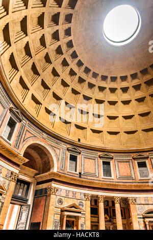 Roma, Italia. Pantheon, antico Impero Romano edificio costruito da Marco Agrippa in tempi di Augusto. Foto Stock