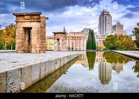 Madrid, Spagna. Tempio di Debod, egiziano dono dalla storia antica e Plaza Espana in background, capitale spagnola. Foto Stock