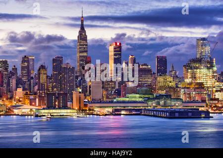 New York City Midtown skyline di Manhattan attraverso il fiume Hudson. Foto Stock