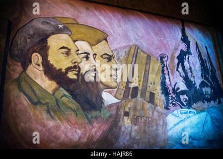 Arte cubana, graffiti raffiguranti eroi rivoluzionari come Camillo Cienfuegos; Fidel Castro e che Guevara Havana, Cuba,