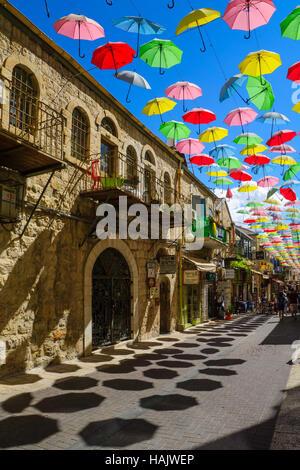 Gerusalemme, Israele - 23 settembre 2016: Scena di Yoel Moshe Solomon Street, decorata con ombrelloni colorati, con la gente del posto e i turisti, in histor