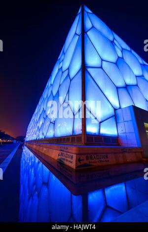 Water Cube - verticale di un ampio angolo di visione notturna del Beijing National Aquatics Centre, noto anche come Foto Stock