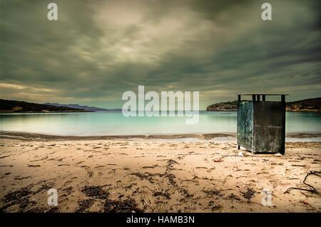 Cabine sulla spiaggia vuota. Inverno drammatico i colori dell'umore. Foto Stock