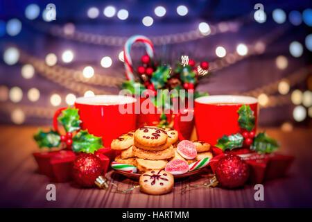 Biscotti di Natale, gustoso caffè caldo e in casa di panpepato decorate con santo berry e festoso giocattoli sul Foto Stock
