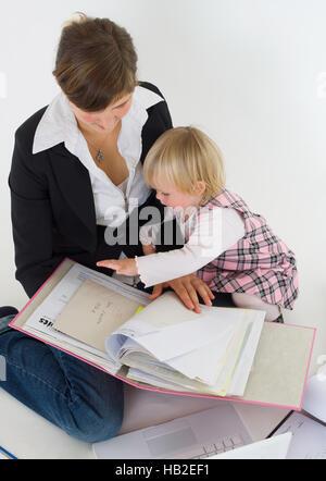 Business donna con la figlia al lavoro Foto Stock