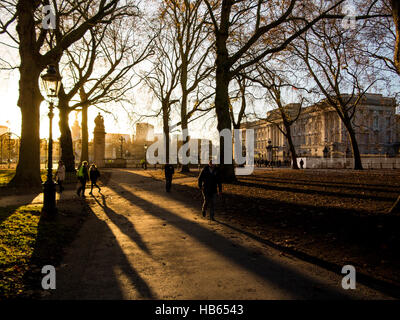 Lunghe ombre nel parco verde con Buckingham Palace Foto Stock