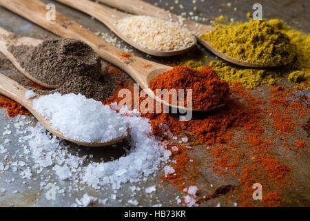 Le spezie in cucchiai di legno Foto Stock