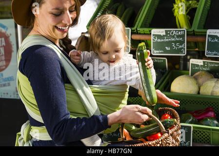 La madre e il bambino in baby sling Foto Stock