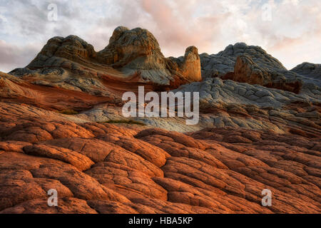 Sunset glow sulla croce di biancheria da letto di roccia del cervello e formazioni di arenaria in Arizona remota Foto Stock