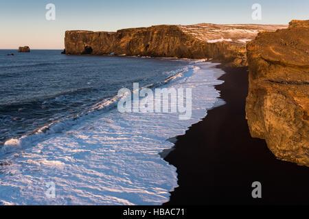 Sunrise a Vik Dyrholaey beach in Islanda Foto Stock